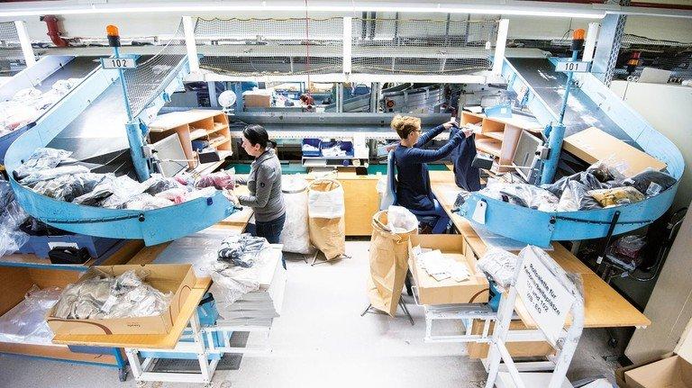 Qualitätscheck: Mitarbeiterinnen kontrollieren im Hermes-Rücksendezentrum in Hamburg die eingegangenen Waren.