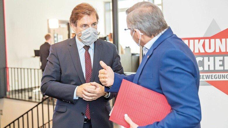 Redebedarf: Volker Schmidt von NiedersachsenMetall (links) und Thorsten Gröger von der IG Metall.