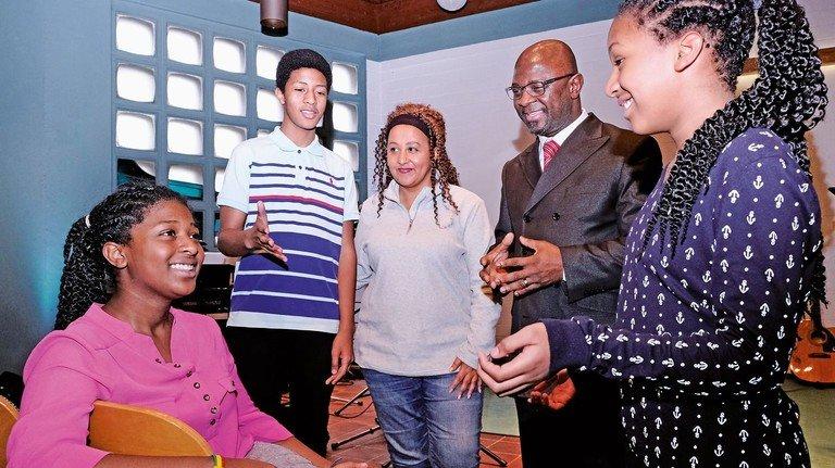 Integriert: Alfred Aidoo mit Familie in seiner Kirche in Neuss.