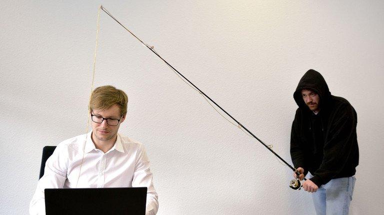 Phishing-Attacken und Hacker-Angriffe verhindern: Das ist das Geschäftsmodell von David Kelm, Geschäftführer bei IT-Seal in Darmstadt, der hier am Rechner sitzt.