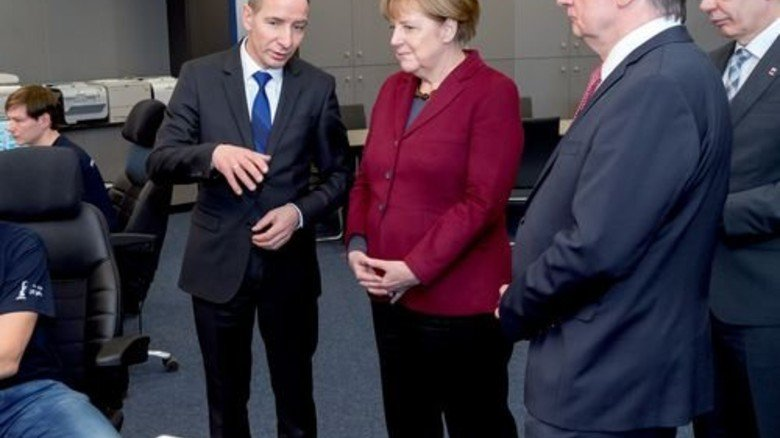 In der Zentralwarte: Kanzlerin Merkel und Ministerpräsident Haseloff lauschen InfraLeuna-Chef Günther. Foto: Werk