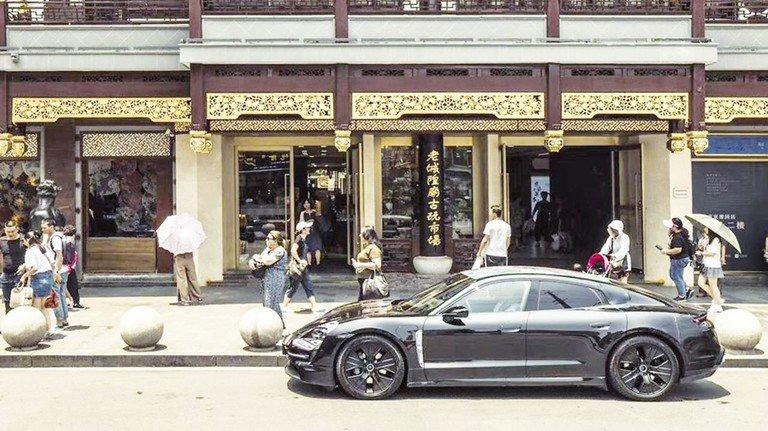 Unterwegs in Shanghai: China gehört zu den wichtigsten Absatzmärkten für den Porsche-Taycan - hier der getarnte Prototyp.