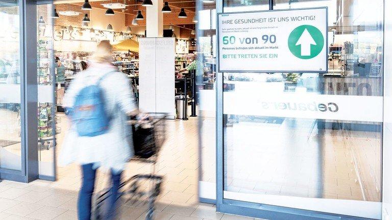 Hereinspaziert: Der Pfeil ist grün, das Zutrittssystem zählt mit und lässt noch weitere Menschen zum Einkaufen hinein.