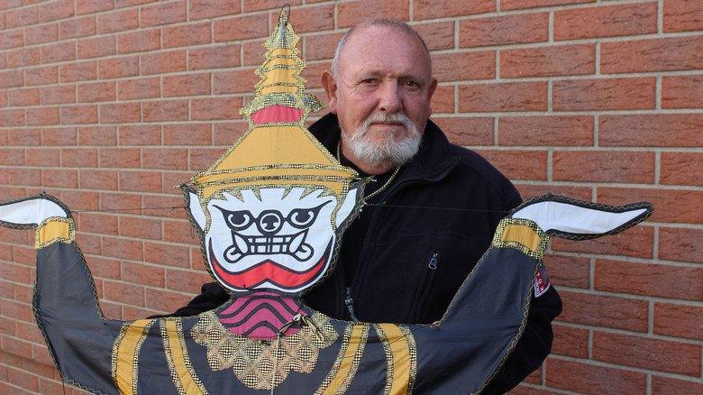 Kennt sich mit Drachen aus: Lothar Marx ist zweifacher deutscher Meister im Drachenbau.