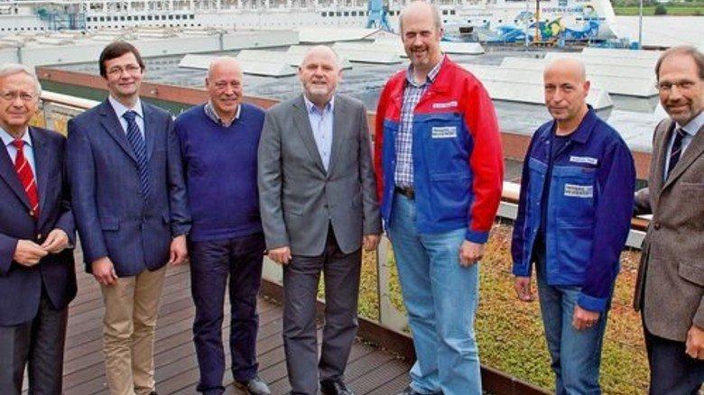 Meyer Werft bildet aus: Firmenchef Bernard Meyer (links) schloss eine Kooperation mit dem Bildungsträger Johannesburg, um junge Flüchtlinge in Lohn und Brot zu bringen. Foto: Meyer Werft