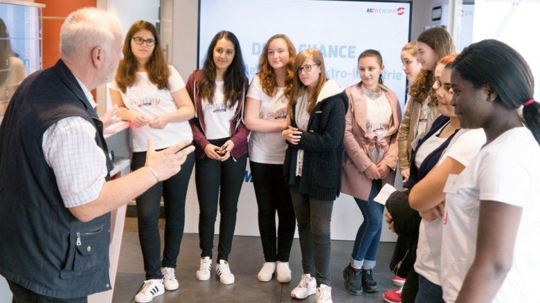 Mädchenrunde plus Dozent: Im Team macht das Lernen viel mehr Spaß. Foto: Nordmetall