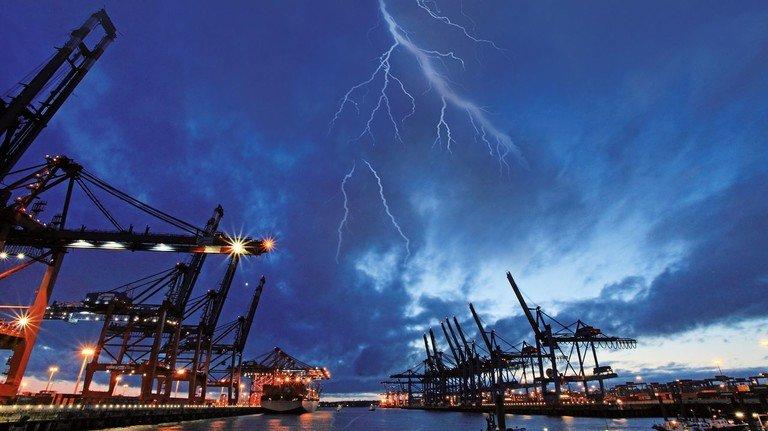 Gewitter über Hamburg: Düster sieht es derzeit auch für viele Betriebe aus.