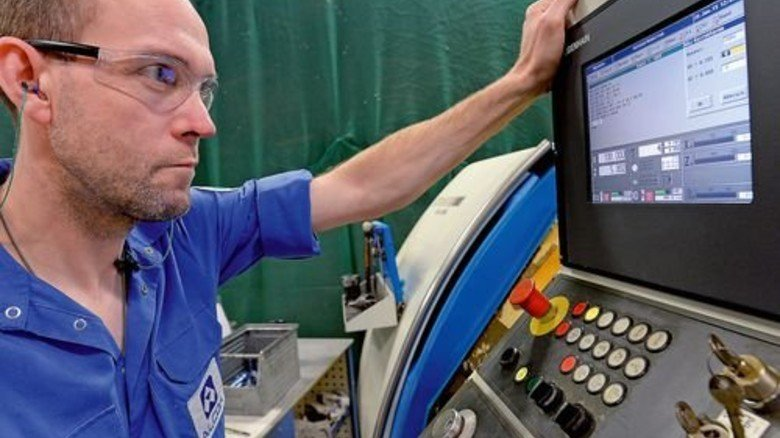 CNC-Dreher Ralf Heidrich: So reguliert er Außendurchmesser und Höhe des Schraubenkopfs. Foto: Bahlo