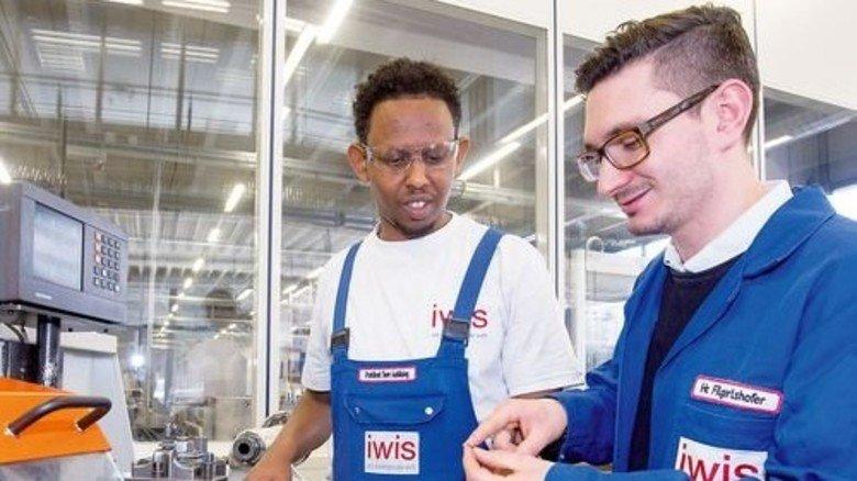 Lernt schnell: Mohammed O. mit Ausbilder Matthias Filgertshofer. Foto: Bodmer