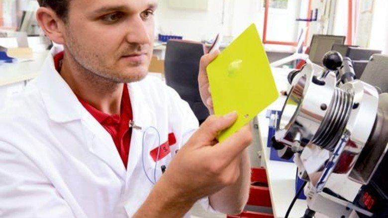 Im Labor: Bis zu achtmal testet Sven Mölle einen Lack, bevor er sein Okay gibt. Foto: Sturm