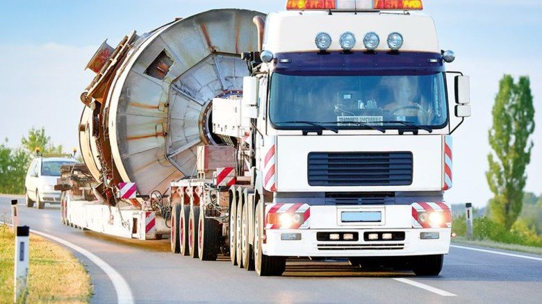 Ganz schön fett: Schwertransporte müssen wegen maroder Brücken häufig Umwege fahren. Foto: Fotolia