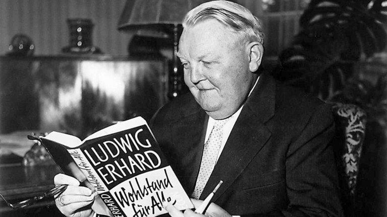 """Vater der Sozialen Marktwirtschaft: Ludwig Erhard, ab 1949 Wirtschaftsminister, später Kanzler. Er wusste, dass """"kein Staat seinen Bürgern mehr geben kann, als er ihnen vorher abgenommen hat"""". Das Bild entstand im Jahr 1957."""