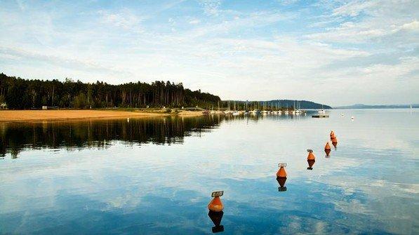 Urlausbsatmosphäre: See und Bootshafen. Foto: Adobe Stock