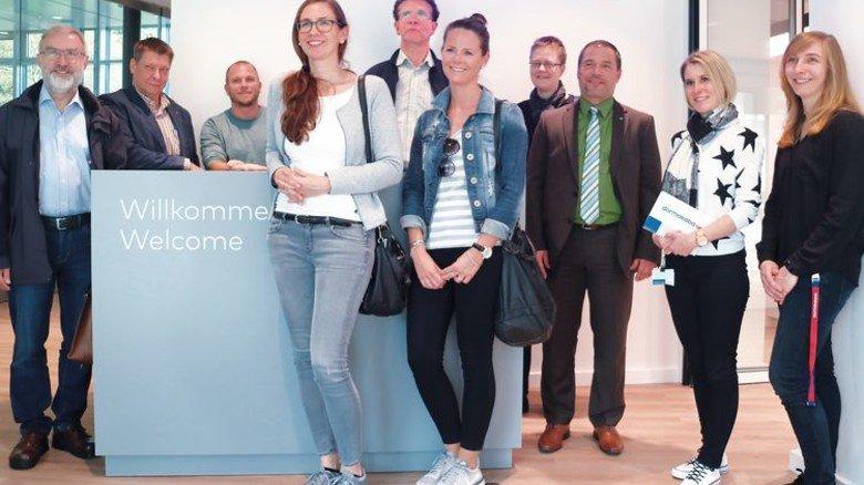 Interessante Einblicke: Ausbildungsbeauftragte Christina Welzer (rechts) begrüßte den Arbeitskreis Schule-Wirtschaft. Foto: Higo