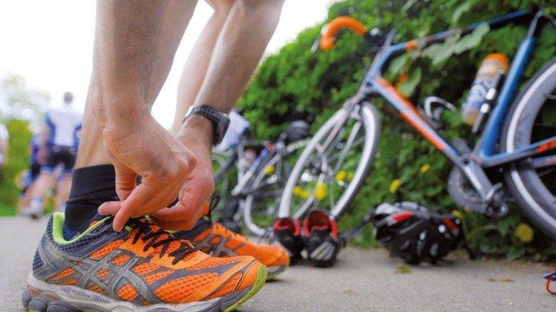 Kurzer Check: Sitzen die Laufschuhe fest genug? Halten die Schnürsenkel? Foto: Augustin
