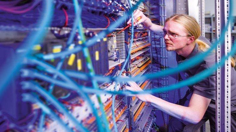 Letzte Kontrolle: Andreas Mayer prüft einen Schaltschrank, der bei Hanseatic Power Solutions gebaut wurde und in einigen Tagen verschickt werden soll.  Foto: Christian Augustin