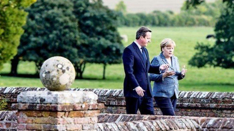 Spaziergang auf dem Landsitz des britischen Premiers: David Cameron und Bundeskanzlerin Angela Merkel. Foto: dpa