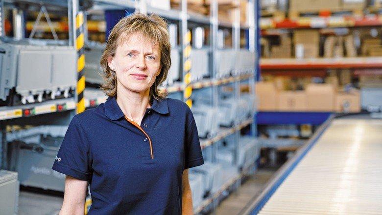 Sehr zufrieden: Alina Oziorkina an ihrem Arbeitsplatz in der Logistik der Optiker-Kette.