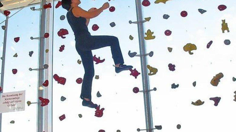 Klettern im Schaufenster: So lockt ein Freizeitausstatter Kunden an. Foto: Globetrotter