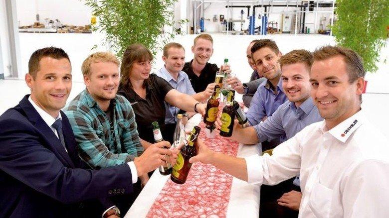 Freuen sich auf die neue Fabrik: Markus Bischoff (links) und Andreas Knöchel (rechts) mit Mitarbeitern. Foto: Scheffler