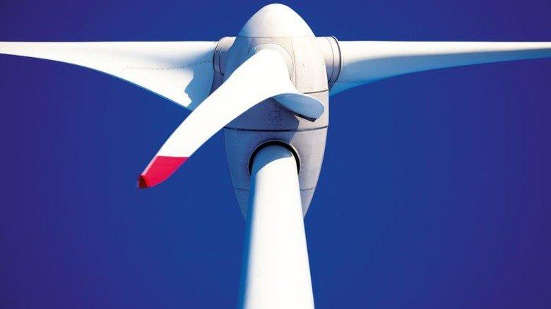 Windmacher: Rotorblätter bestehen zu 40 Prozent aus Kunstharz. Foto: Adobe Stock