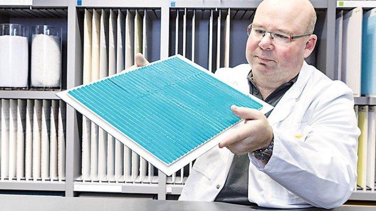 Materialbibliothek: Inspektion eines bunt eingefärbten Kalkputz-Musters. Foto: STO