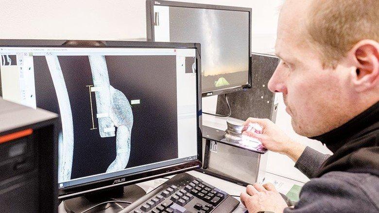 An seinem künftigen Arbeitsplatz: Meyer prüft am Computer eine Schweißnaht, die unterm Mikroskop liegt. Foto: Roth