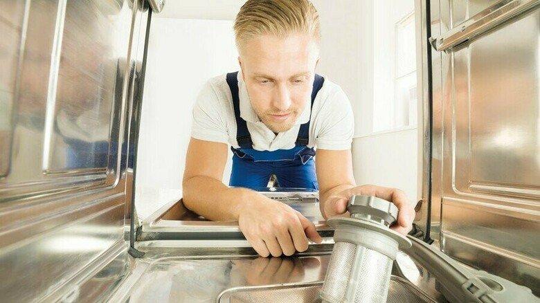Dicht dran: Die Reparatur einer Spülmaschine vor Ort ist ohne Zweifel ein haushaltsnaher Einsatz.