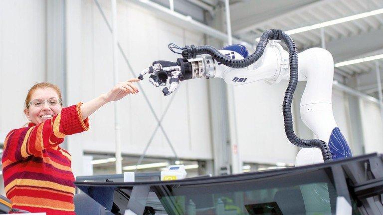 Gutes Miteinander: Der Zusammenarbeit von Mensch und Maschine gehört die Zukunft.