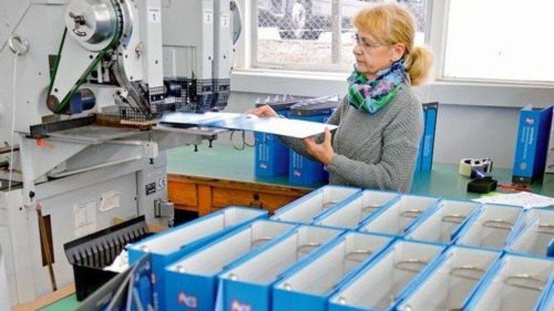 Solide Qualität: Katja Schröger vernietet die Vierfach-Mechanik an neuen Ordnern. Foto: Scheffler