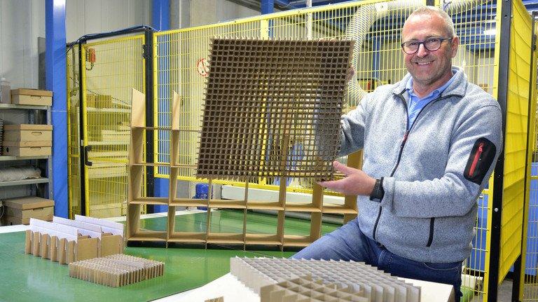 Trickreiche Hülle: Claus Schwaderer mit einer kleinen Auswahl seiner Gitterfacheinsätze.