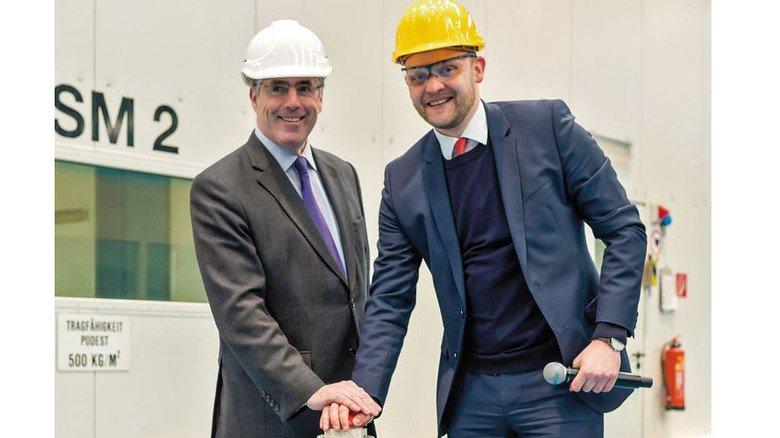 Startschuss: Lance Batchelor (links) und Tim Meyer drückten gemeinsam den Knopf für die Brennmaschine. Foto: Michael Wessels