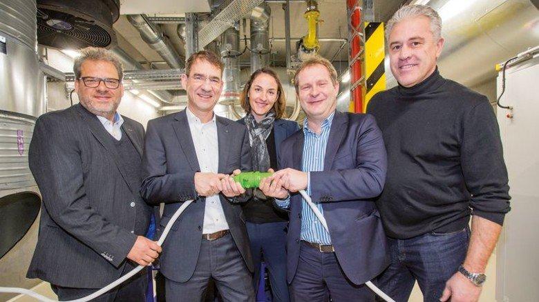 Grüne Energie: Bernd Wanner, Wolfgang Lenz, Annegret Fitz, Senator Jens Kerstan und Torsten Ahrens (von links) weihen das Blockheizkraftwerk ein. Foto: Werk