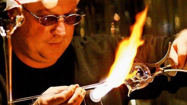 Altes Handwerk: Der Museums-Glasbläser führt seine Kunst an der bis zu 1.600 Grad heißen Flamme vor. Foto: Kolban, Glasmuseum Wertheim