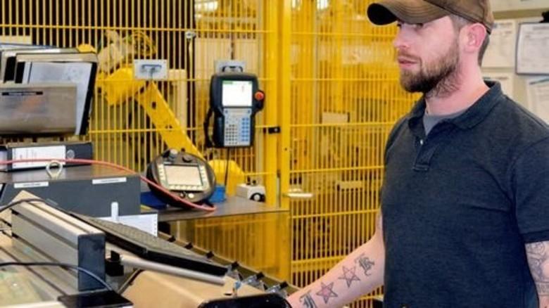 Endkontrolle: Einrichter Daniel Hoppe prüft Schaltgabeln mit maschineller Hilfe. Foto: Scheffler