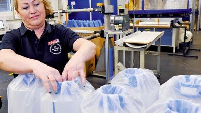 Fertig: Katharina Bernhardt verpackt die Ware. Foto: Sigwart
