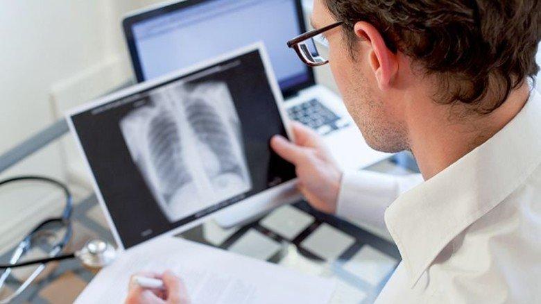 In der Klinik: Ein Arzt begutachtet ein Röntgenbild. Foto: Fotolia