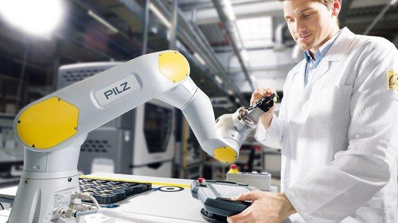 Ganz sanft: Sensoren verleihen dem Roboter das nötige Feingefühl für die Übergabe. Foto: Werk