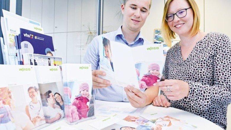 Infos sind schnell greifbar: Personaler Maurice Börold zeigt Kathleen Koch, was die Firma etwa für junge Eltern bietet. Foto: Sturm