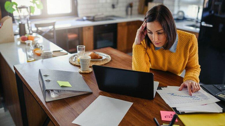 Das Büro zu Hause: Für viele Arbeitnehmer ist das zu Coronazeiten Alltag geworden, allerdings sollte man dabei einige rechtliche Dinge beachten.