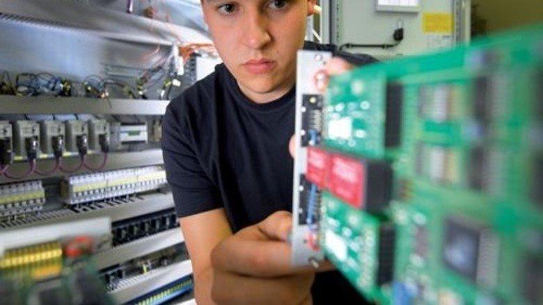 Komplexe Technik: Marvin Pagels montiert Komponenten eines Schaltschranks. Foto: Augustin