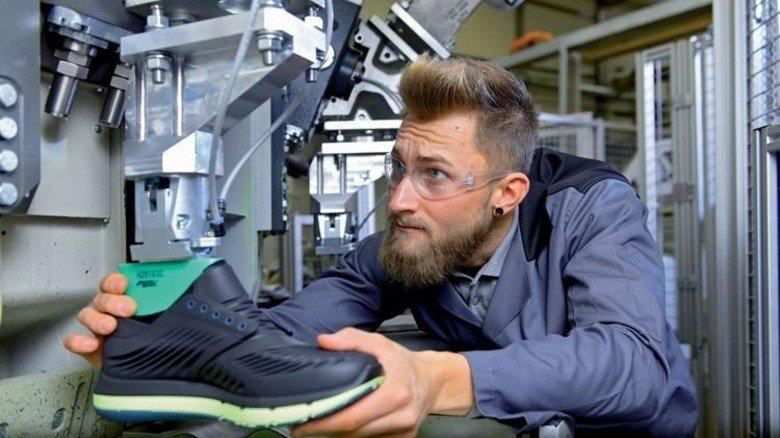 Individuelle Produktion: Anwendungstechniker Nico Hack mit dem neuen Konzeptschuh. Foto: Augustin