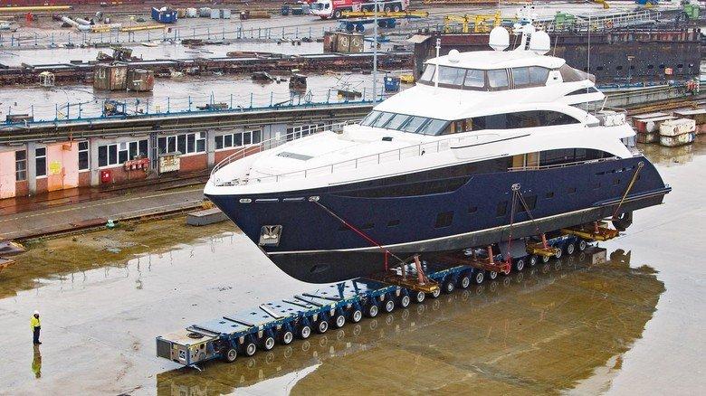"""Auf dem Trockenen: Auch die Motorjacht """"Flying Fish"""" wurde im Dock von EWD generalüberholt. Sie hat eine Länge von 40 Metern und wurde 2013 gebaut."""