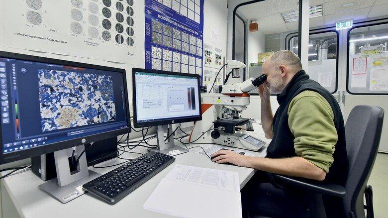 Materialprüfung: Werkstofflabor-Mitarbeiter Markus Riepen nimmt am Mikroskop eine Probe in Augenschein.