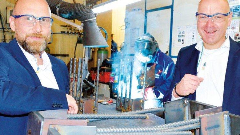 Eingespieltes Team: Tobias Althaus und Christian Gerke (links) vor einem Stapel frisch geschweißter Stahlbauteile. Foto: Scheffler