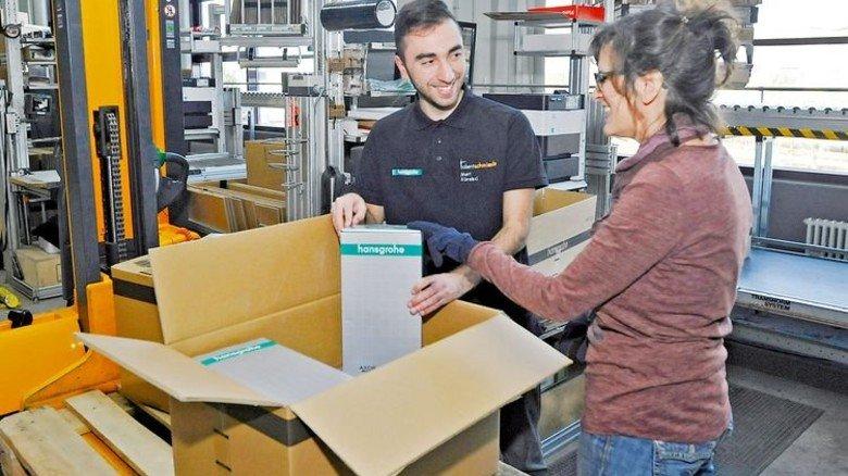 So geht's: Lagerlogistiker lernen auch das Verpacken. Foto: Sigwart
