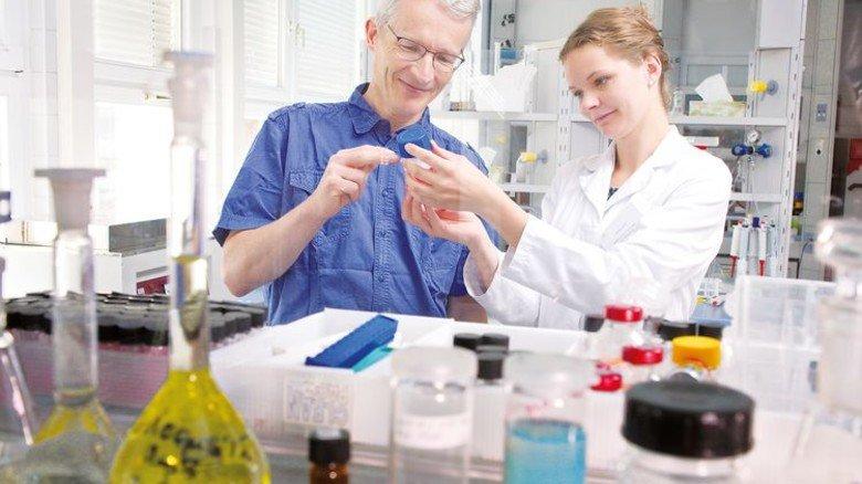 Im Labor: Studentin Johanna Zech zeigt Professor Mäder ein Testergebnis. Foto: Deutsch