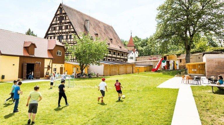 Für 3,4Millionen Euro wurde die mittelfränkische Jugendherberge in Dinkelsbühl auf Vordermann gebracht. Das modernisierte Gebäude ist ein mehr als 500Jahre alter Kornspeicher. Foto: DJH Landesverband Bayern