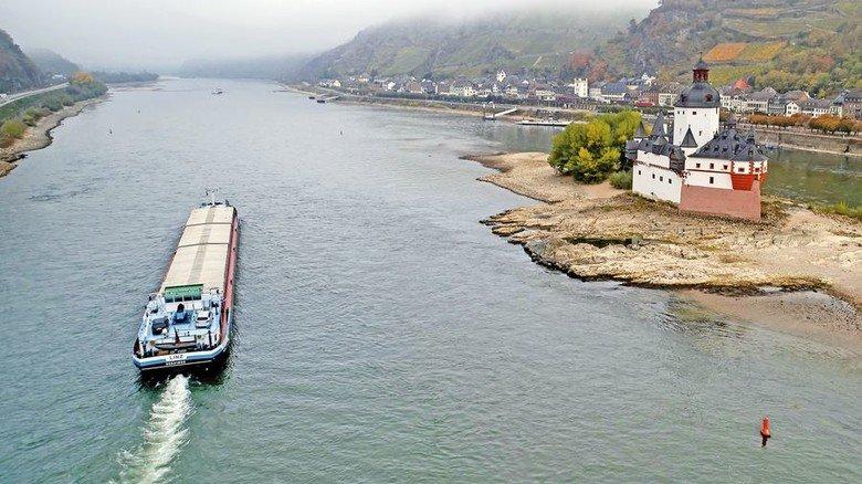 Frachtschiff bei Kaub: Vielerorts wurden historische Tiefststände gemessen. Foto: dpa