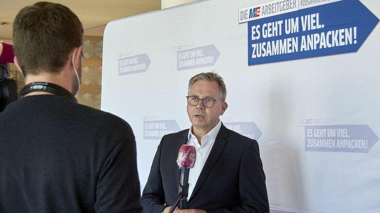 Gefragter Gesprächspartner: Johannes Heger beim Fernsehinterview nach dem Tarifabschluss.